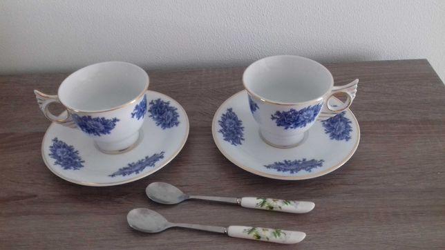 Chavenas e colheres de porcelana