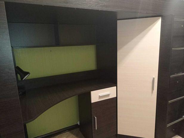 Удобная кровать-чердак с  угловым шкафом