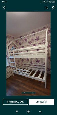 Двухьярусная  кровать  домик