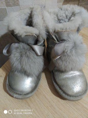 Продам зимние угги для девочки с серебряным  напылением.