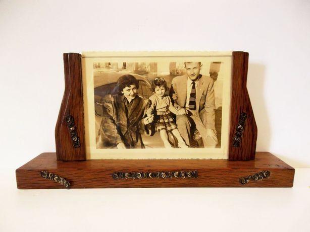 grande moldura vintage em madeira com aplicações em latão