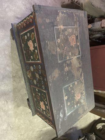 Bardzo stary kufer malowany