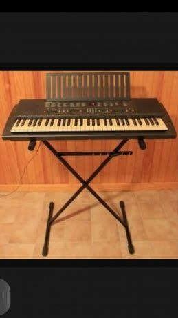 Órgão da marca YAMAHA.