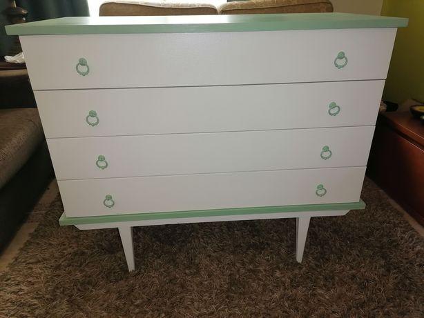 Cómoda em madeira, em tons de verde e branco restaurada