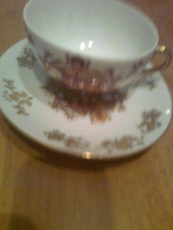 Фарфоровая чашка с блюдцем коричнево-золотистого цвета - группа лиц