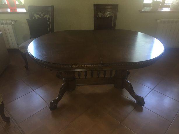 Дерев'яний стіл та стільці