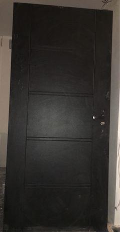 Вхідні металеві двері з квартири в новобудові