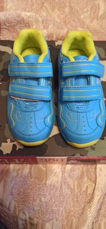 Новыйе кроссовки для девочки