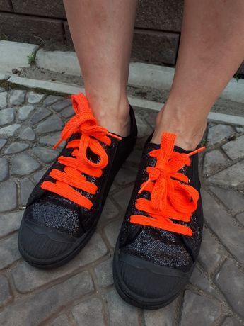 Чорні кеди з блискучого матеріалу і неоновими шнурками 36 розмір
