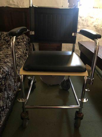 Cadeira sanitária com rodas em bom estado