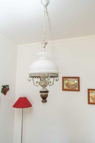 candeeiro de tecto de metal e vidro pintados de branco