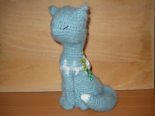 Кошечка связана крючком украшена вышивкой