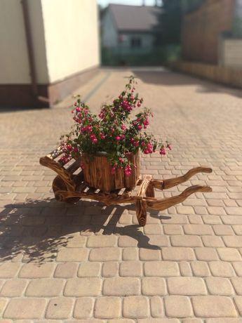 Drewniana taczka ozdobna do ogrodu doniczka