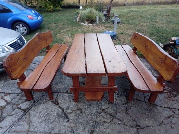 Meble ogrodowe. Zestaw stół i 2 ławy z drewna liściastego.