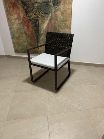 Cadeiras novas com almofadas