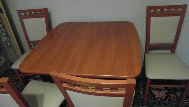 Stół rokładany z czterema krzesłami