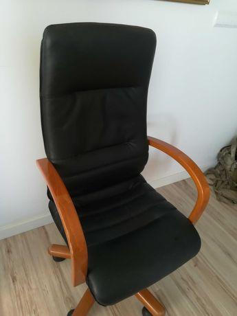 Fotel siedzisko i oparcie wyprofilowane w trosce o kręgosłup, skórzane