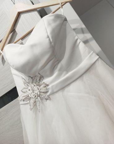 Suknia ślubna biala bez ramiączek z ozdobnym kwiatem na talii