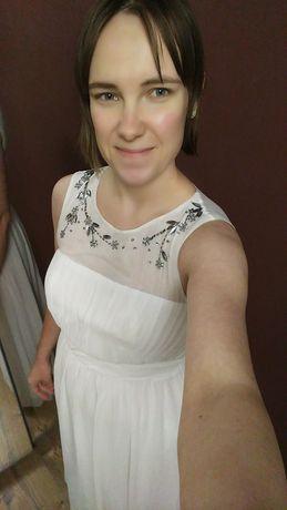 Piękna ślubna sukienka z lekkim trenem