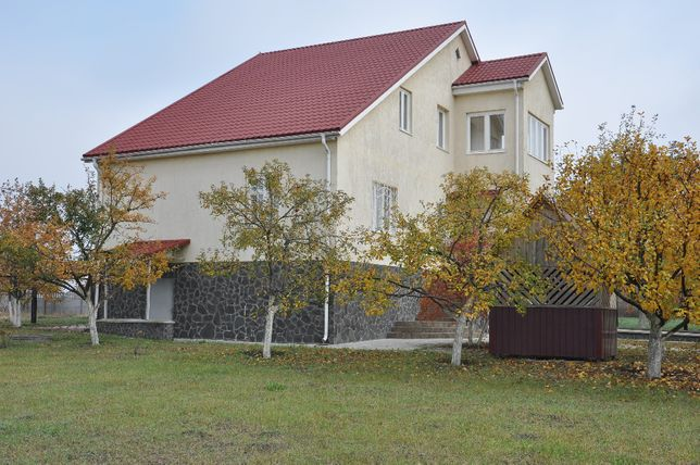Продам житловий будинок та земельну ділянку