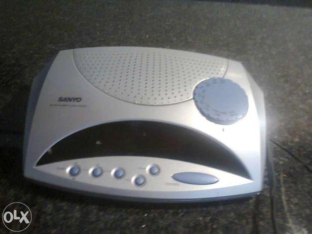 Rádio e despertador marca sanyo usado mas a funcionar bem