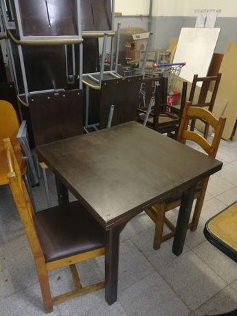 Mesas com duas cadeiras