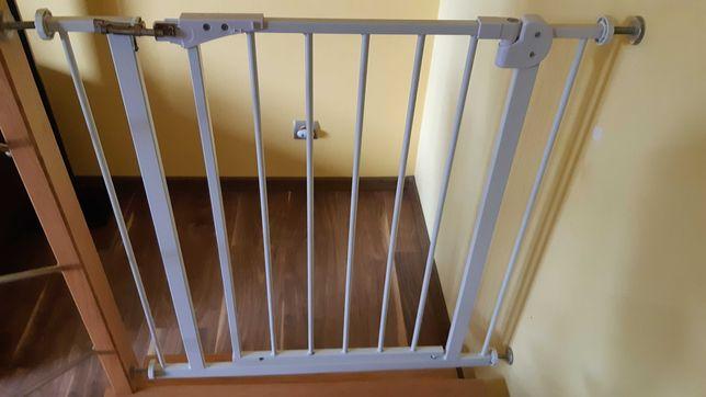 Barierka na schody z otwieranymi drzwiczkami.