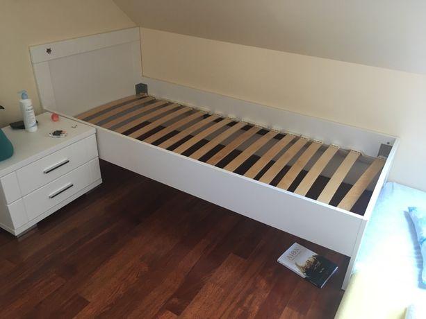 Białe lóżko i szafka nocna