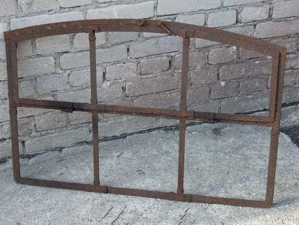 Stare okno metalowe łukowe