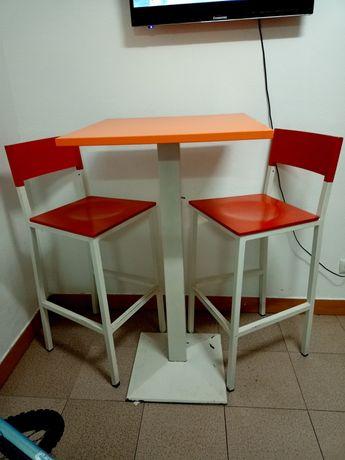 Mesa alta com 2 cadeiras altas