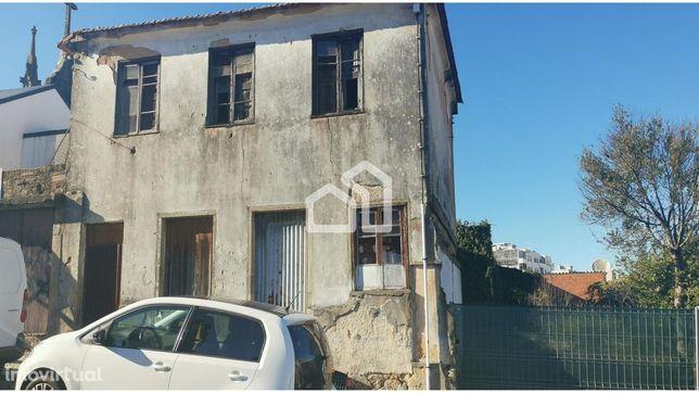 Moradia para restauro no centro de São João da madeira