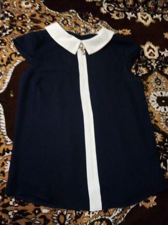 Синяя блузка с белым воротником
