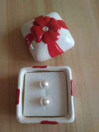 Kolczyki z perełką w ceramicznym opakowaniu