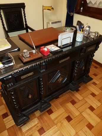 Secretaria, cadeira com braços e móvel de escritório
