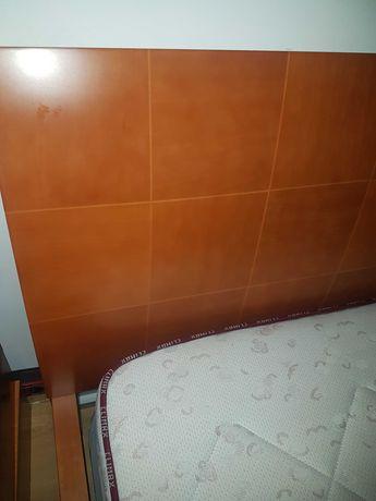 Cama com colchão e mesinhas de cabeceira