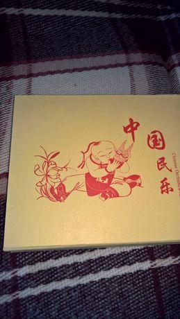 Диск класической китайской музыки в футляре из красного дерева.