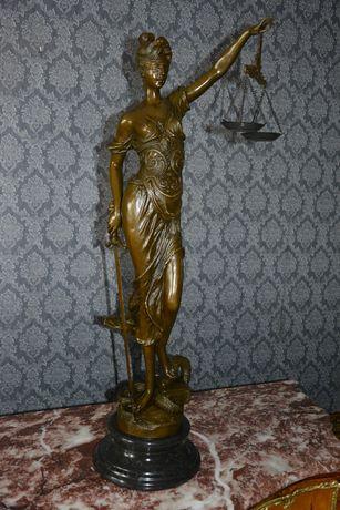 Estatua de bronze deusa da justiça sobre base de marmore