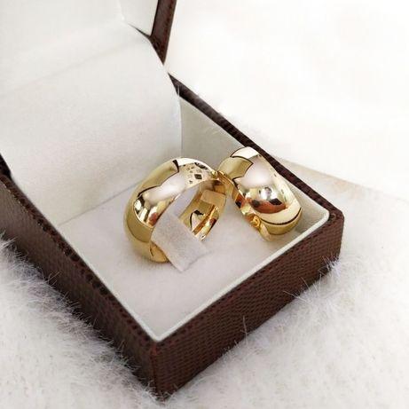 Elegancka Para Klasycznych Złotych Obrączek Ślubnych