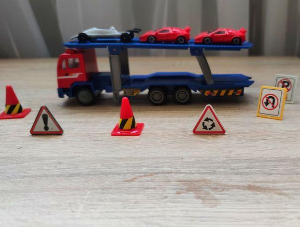 Mała laweta z autkami + dodatki :)