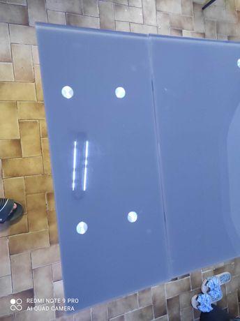 Mesa de jantar em vidro temperado.