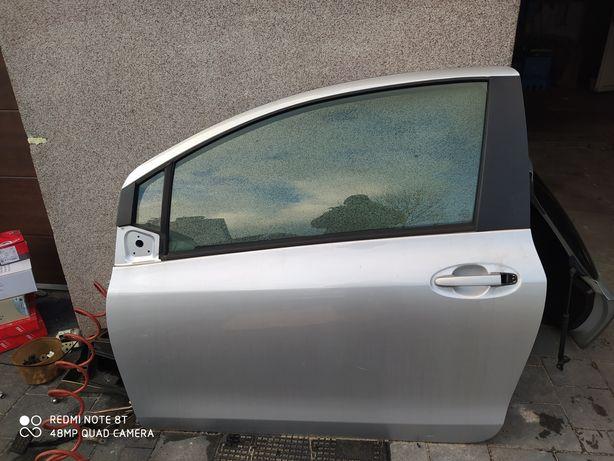 Toyota yaris II drzwi lewe 1E7 3d