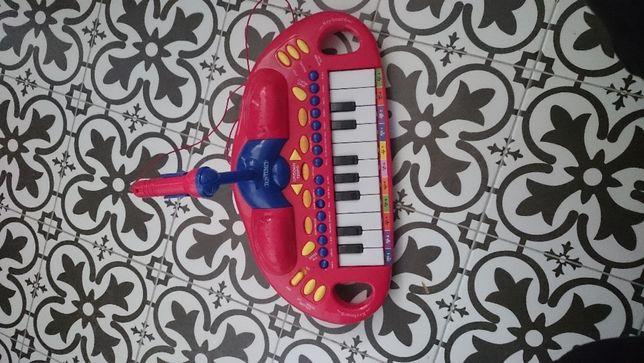 Elektroniczny keyboard organy z mikrofonem.