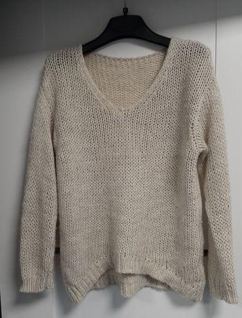 Bezowy sweterek, dekold w serek
