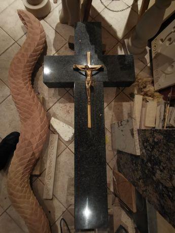 Granitowy krzyż z krucyfiksem mosiężny