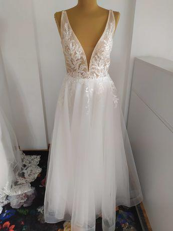 Nowa suknia ślubna na ramiączkach z koronką i głębokim dekoltem 38