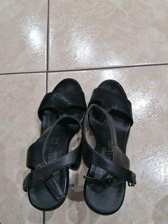 Buty czarne na koturnie