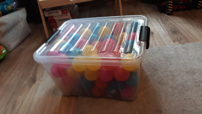 Kulki, piłeczki plastikowe w pojemniku. Do suchego basenu. 114 sztuk.