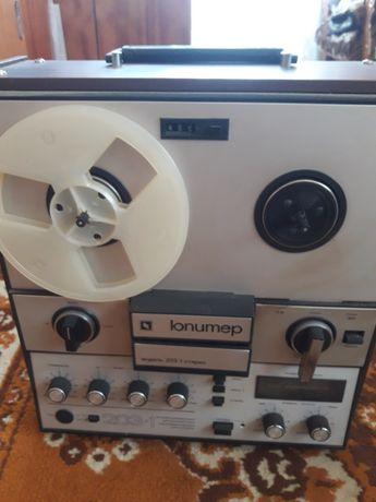 Бабінний магнітофон з колонками