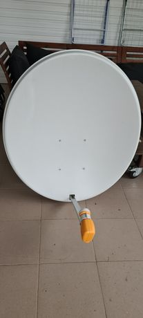 """Antena satelitarna """"90"""" + konwerter z czterema wyjściami."""