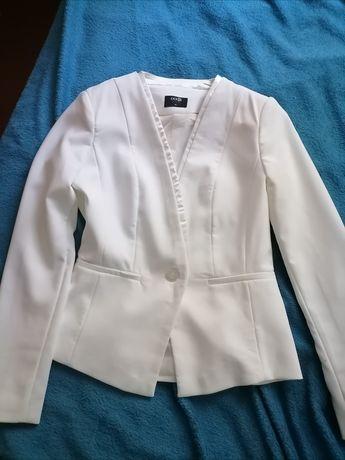 Женский пиджак белого нарядного цвета.